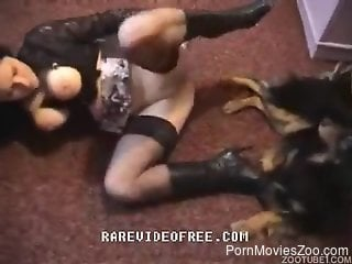 Big booty brunette in leather blows a kinky dog
